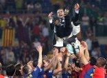 El entrenador del Fútbol Club Barcelona (Barça), Pep Guardiola, y el festejo del equipo